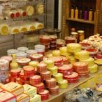 Variedade de queijos e doces encontrados no Mercado Municipal