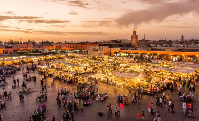 O mercado Jemaa El Fna, em Marrakesh, um dos grandes atrativos do Marrocos