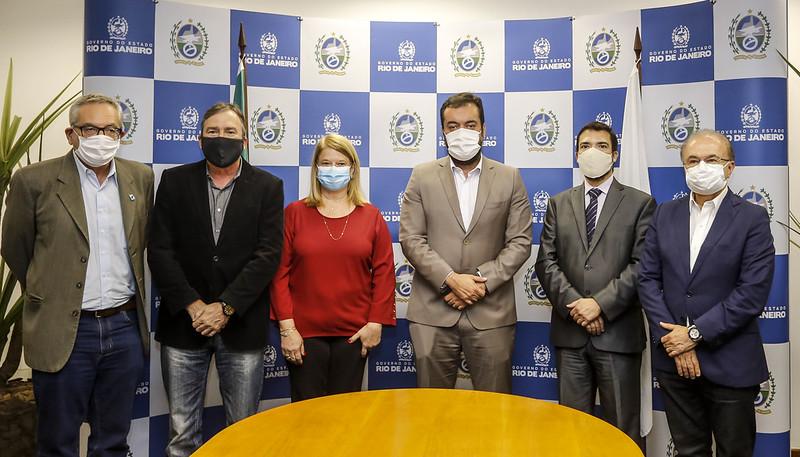 Governador do Rio com secretários, prefeitos e diretor de relações institucionais da Azul, Marcelo Bento