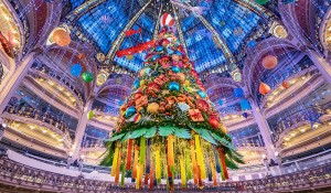 Galeries Lafayette inaugura sua decoração natalina em Paris