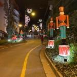 Rua Emílio Sorgetz, conhecida como Rua Torta, e Gramado, decorada com soldadinhos de chumbo