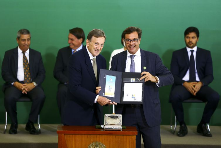 O presidente dos Correios, Floriano Peixoto, e o presidente da Embratur, Gilson Machado, durante solenidade alusiva aos 54 anos da Embratur e do lançamento do selo comemorativo Embratur 54 anos, no Palácio do Planalto.