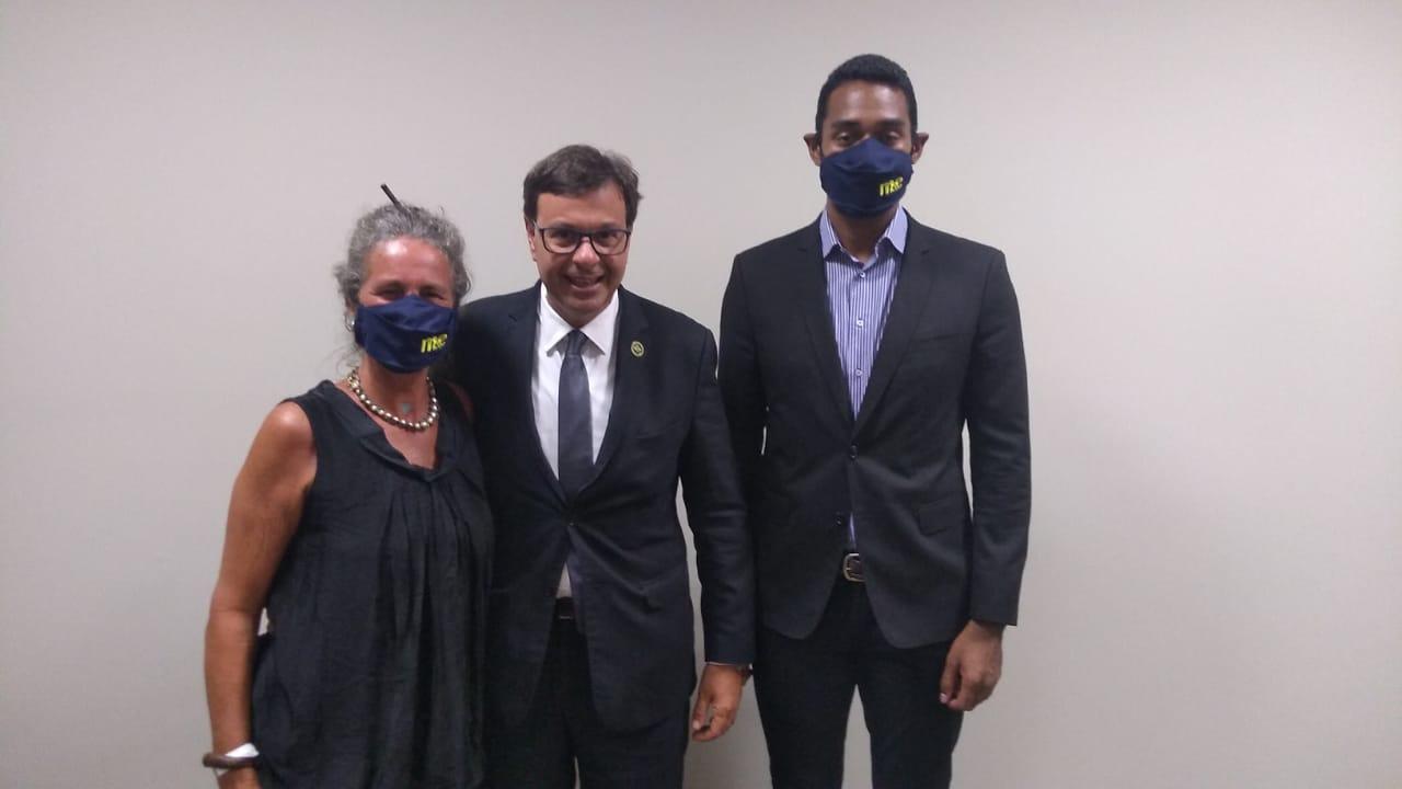 Gilson Machado Neto, presidente da Embratur, entre Mari Masgrau e Juliano Braga, do M&E