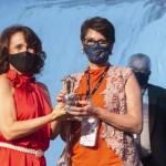 Mira Momo recebe premiação das mãos de Maria Custodia Possamai Della, presidente da Câmara da Mulher Empreendedora e Gestora, de Foz do Iguaçu