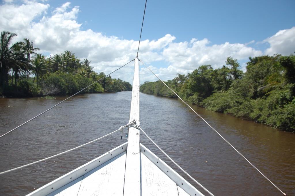 Reta quilométrica do rio Buranhém em direção ao restaurante Os Ribeirinhos