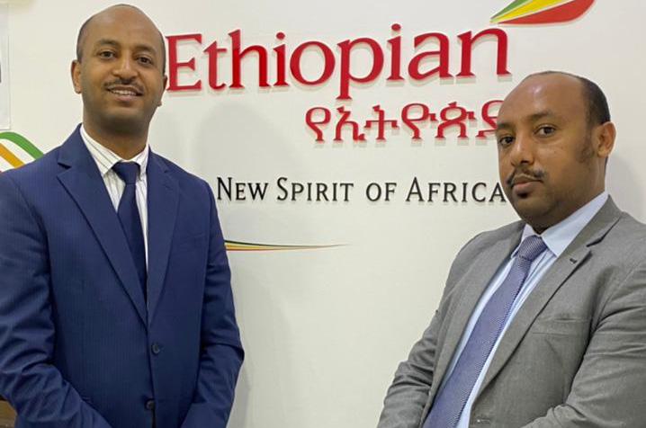 Girum Abebe, ex-diretor, e Michael Bekele, novo diretor da Ethiopian no Brasil