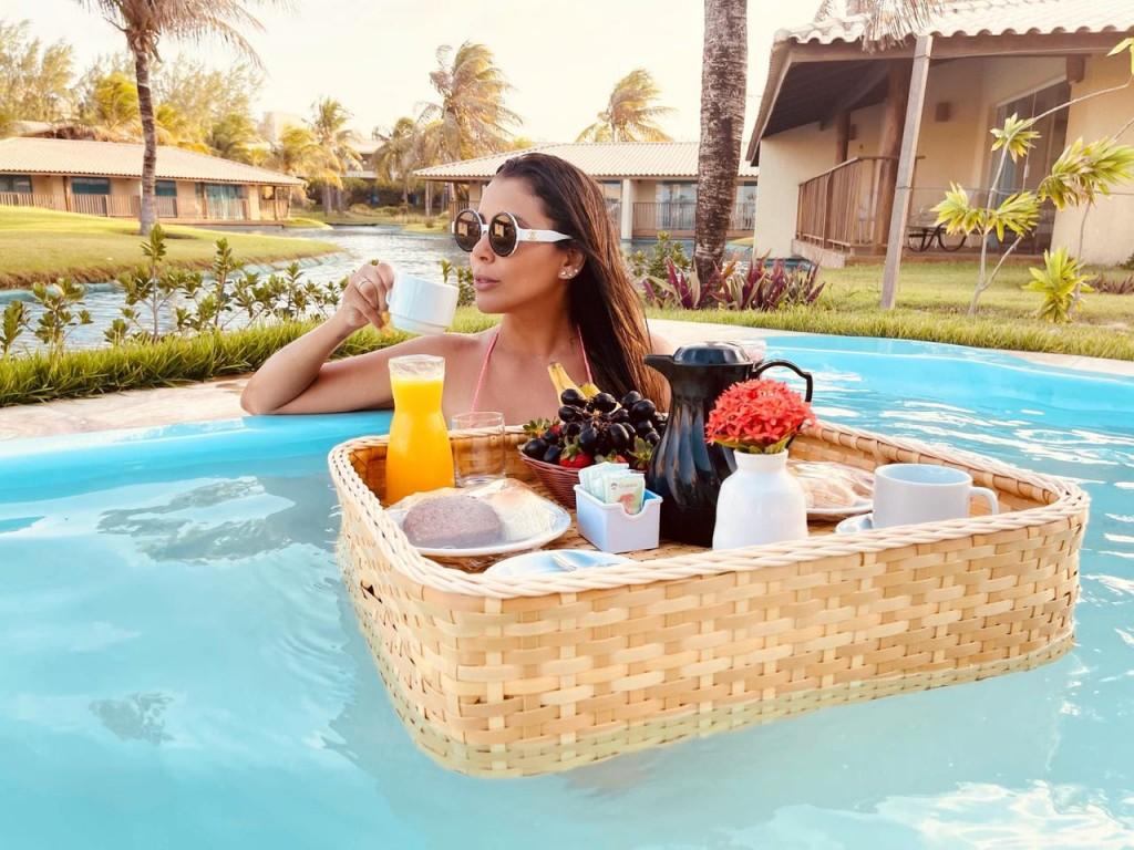 piscina bandeja flutuante hotel luxo cafe da manha