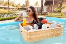Dom Laguna lança serviço de 'bandeja flutuante' em piscina privativa