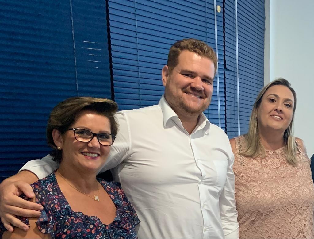 Inês Bellini, atual vice-presidente, Leonardo Carvalho que se despede do cargo, e Vanessa Lombardi, que assume o cargo