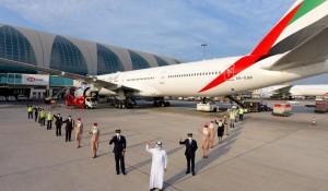 Emirates opera primeiro voo com 100% da linha de frente vacinada contra Covid-19