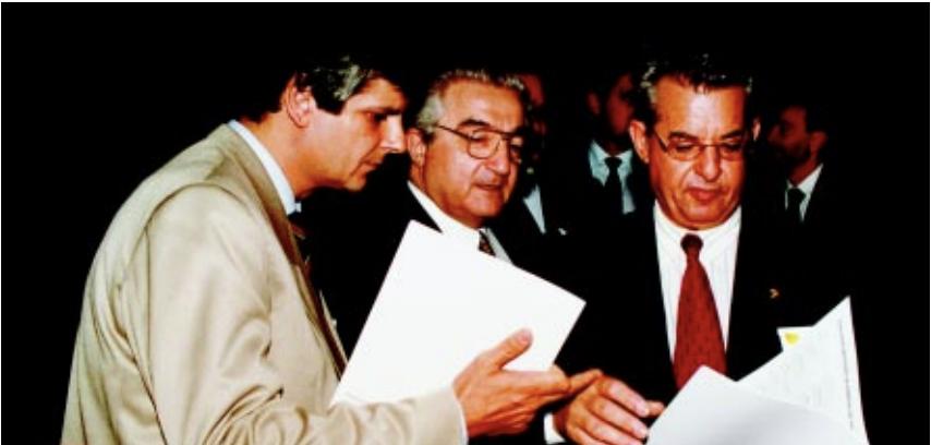 Tasso Gadzanis (ao centro) e Caio Luiz de Carvalho, secretário Nacional de Turismo, apresentam ao ministro da Indústria, do Comércio e do Turismo, José Eduardo de Andrade Vieira, os dados que comprovam a força econômica e social do Turismo