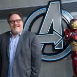 O ator e diretor Jon Favreau posa com o Homem de Ferro