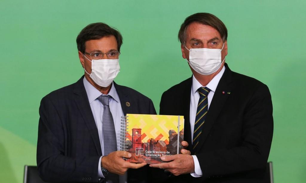 O ministro do Turismo, Gilson Machado, e o presidente da República,Jair Bolsonaro, durante a solenidade de anúncio do Sistema de Avaliação de Impacto ao Patrimônio e lançamento do Guia Brasileiro de Sinalização Turística.