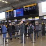 Passageiros na fila do Check-in do voo inaugural da ITA