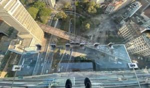 São Paulo ganha mirante de vidro que traz a sensação de andar sobre a cidade