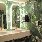 Banheiros do lobby também são decorados
