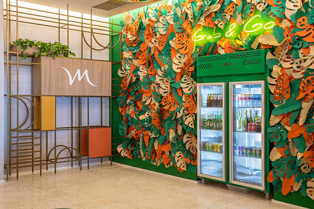 Lobby do Hotel contra com geladeiras Grab and Go TomasRangel
