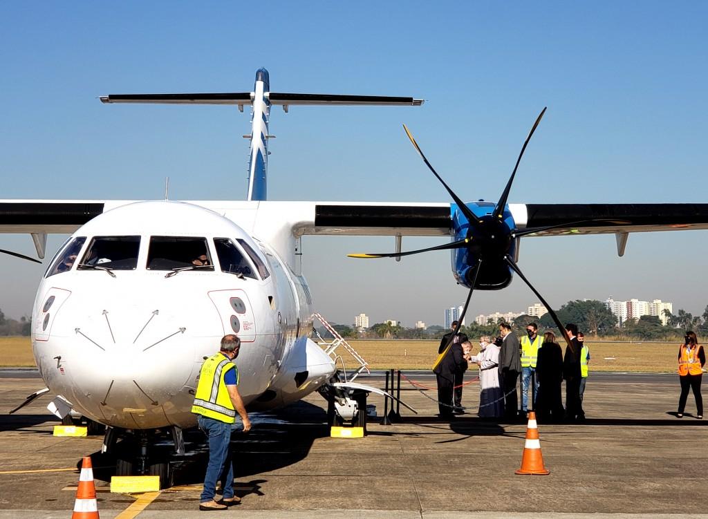 Participantes do voo inaugural foram recebidos pelo padre Antonio Maria - Divulgação