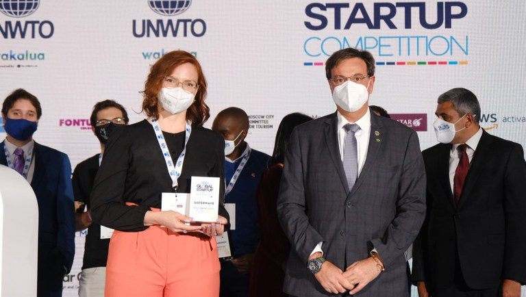 CEO da Sisterwave, Jussara Botelho, recebeu o prêmio ao lado do Ministro do Turismo, Gilson Machado Neto, durante a Fitur, em maio deste ano.