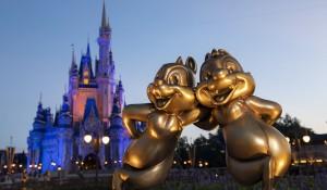 Disney 50 anos: Magic Kingdom já começa a receber personagens em esculturas de ouro