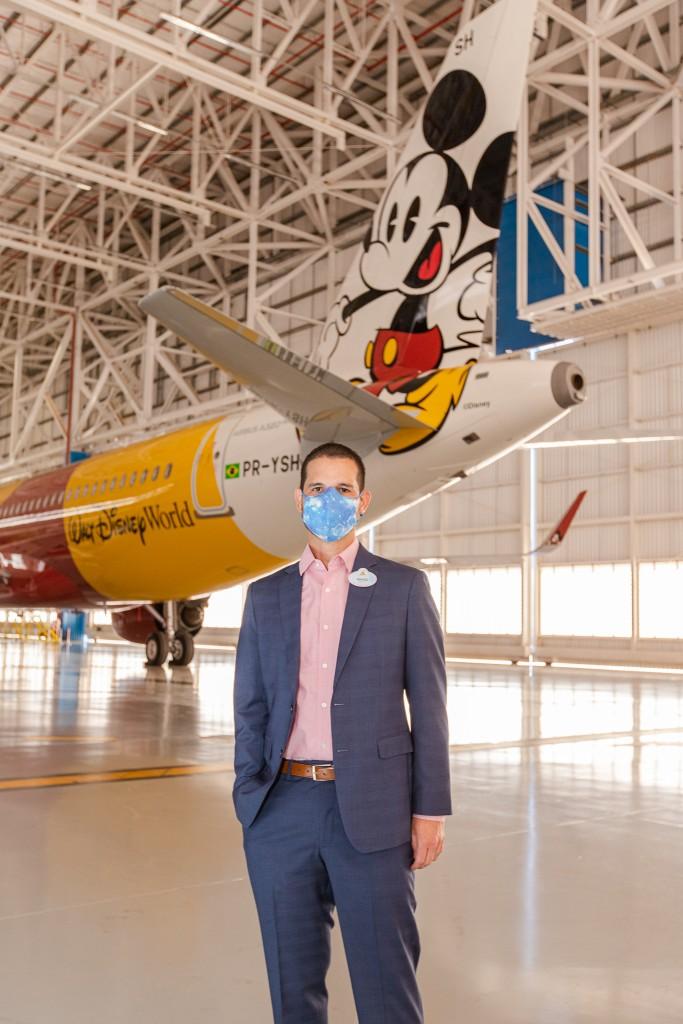 Angel Sarria, Diretor de Marketing e Vendas de Disney Destinations para América Latina posa em frente ao - Mickey Mouse nas nuvens