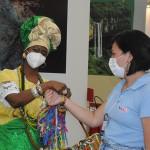 Baiana Marly recepciona visitantes no estande da Bahia