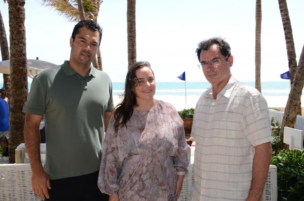Clarisse Linhares, diretora de Marketing, entre Felipe Lima e Pedro Menezes, diretor Comercial e diretor de Operações do Beach Park