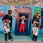 Felipe Simas, Mariana Uhlmann e filhos ao lado de Mickey Mouse