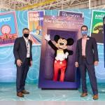 John Rodgerson (Presidente da Azul) e Angel Sarria (Diretor de Marketing e Vendas de Disney Destinations para América Latina) com Mickey Mouse