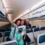 Luciana Mello com o marido Ike Levy e filhos fazem uma selfie dentro do avião - Mickey Mouse nas nuvens