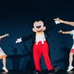 Mickey Mouse dança no palco antes de relevar o novo avião da Azul Linhas Aéreas