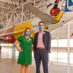 Os executivos da Disney Destinations para a América Latina Cinthia Douglas e Angel Sarria com o - Mickey Mouse nas nuvens